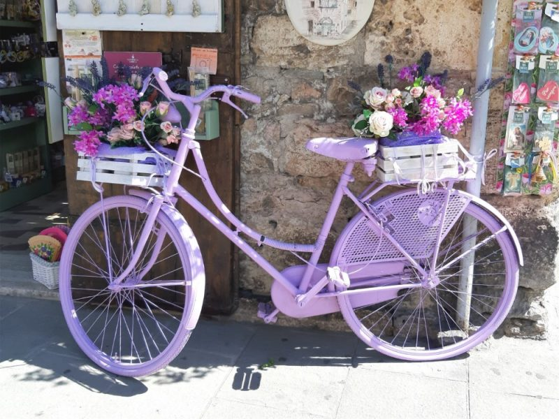 Violet fiets in Assisi